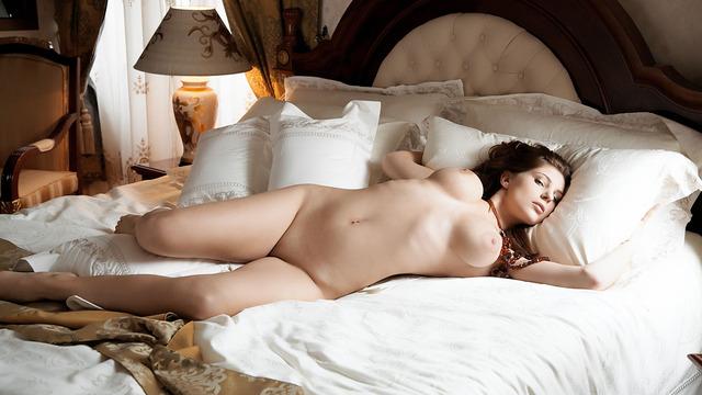 красивая голая женщина в постели фото