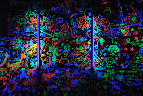 Figurinos df balada for Neon paint walls